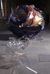 SOGNI CURVI UNO – Metacrilato termoformato a mano con interventi pittorici e in foglia oro – Diametro sfera cm. 130 - 2009