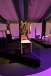 Conversazione – Installazione - Ape Regina - sedie in legno multilaminare - lavorato a scalpello e intarsio, h. cm 160 -2006