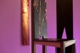 CONVERSAZIONE – Installazione - Ape Regina - sedie in legno multilaminare - lavorato a scalpello e intarsio, h. cm 155-170 - 2008